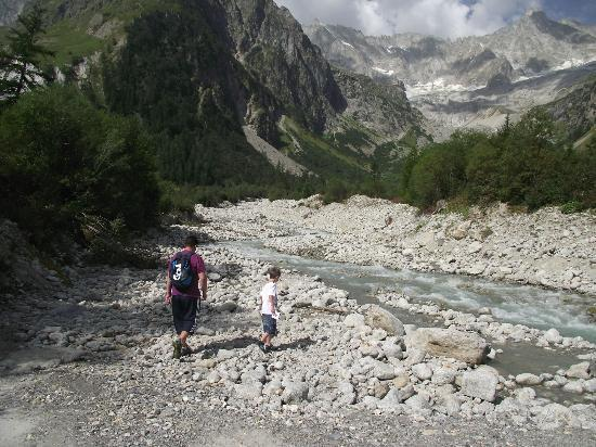 Camping Des Glaciers: A walk outside the campsite