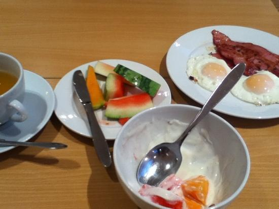 Thon Hotel Tromso: fresh fruit, yoghurt, green tea, bacon and eggs - daily whilst staying at the Thon Tromso