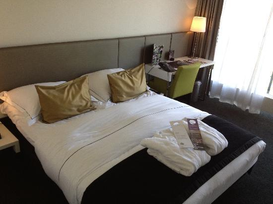 Park Hotel Amsterdam: Bed in a room (front of hotel)
