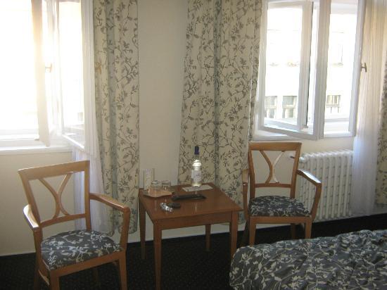 Anna Hotel: Tenda e piccolo tavolino