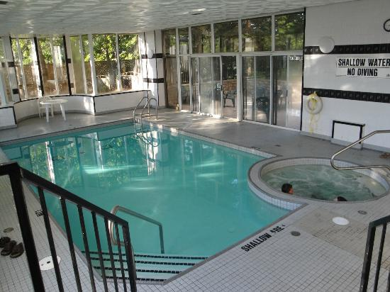 Quality Suites: Pool, hot tub.