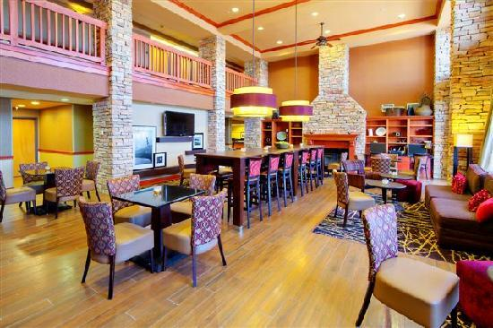 Hampton Inn & Suites Petoskey: Breakfast Seating Area