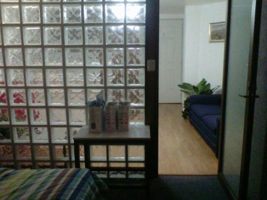 Suites Churubusco : Vista desde la habitacion a la sala/cocina
