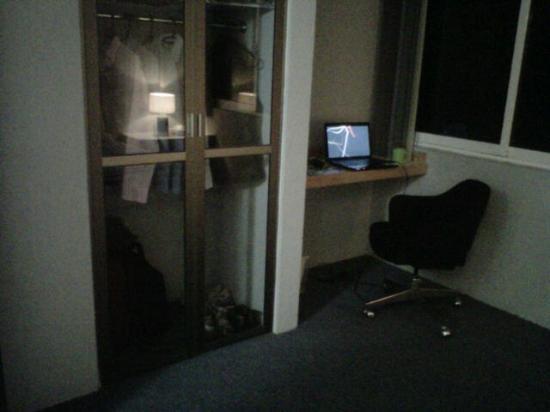 Suites Churubusco : Closet y area de trabajo en la habitacion