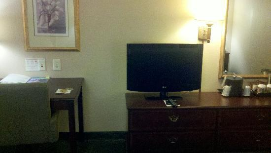 Country Inn & Suites By Carlson, Indianapolis Airport South, IN: TV and Desk