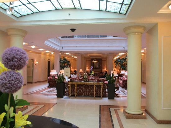 Opera Hotel: Sumptuous lobby