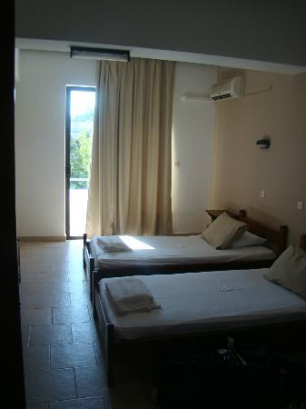 Platon Hotel: camera vista dall'ingresso/cucinino