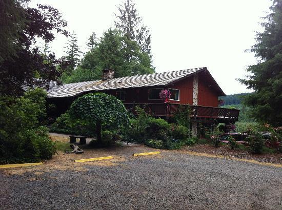 Misty Valley Inn B&B: The Inn from the parking area