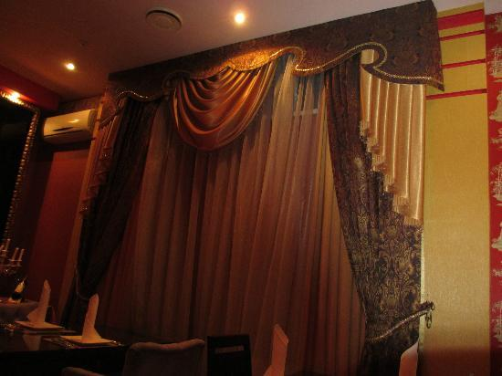 Club Royal Park Hotel: Elaborate curtains in the dining room
