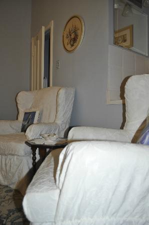 Bluenose Lodge : Bedroom sitting area
