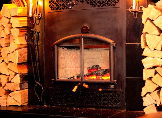 Greys Restaurant: Fireplace in the main room