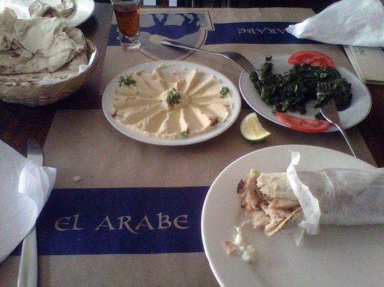 Restaurante El Árabe: Humus, Shawarma, espinaca, pan árabe y té 