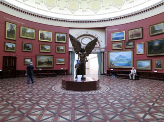バーミンガム博物館の入口を入っ...