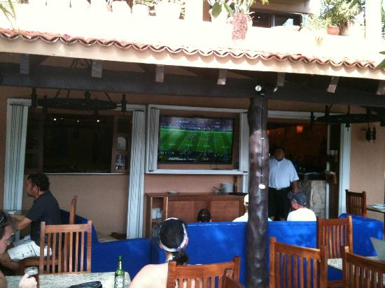 Hippos Marina Lounge: The Outdoor Patio Great Place 4 a Cerveza under the sun and stars