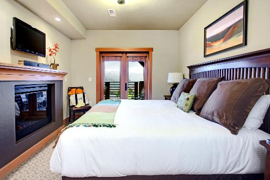 The Lake House at Chelan: A suite guestroom