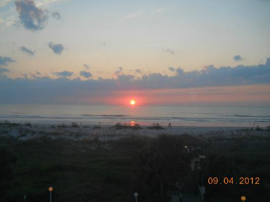 Holiday Isle Oceanfront Resort: Sunrise over the ocean