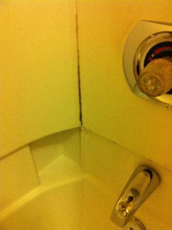 Travelodge by Wyndham Savannah Area/Richmond Hill: tub surround coming apart