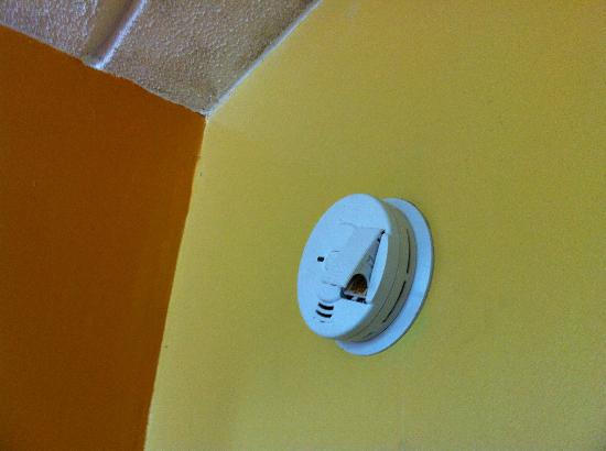 Travelodge Savannah Area/Richmond Hill: non operational smoke alarm. Illegal and dangerous.