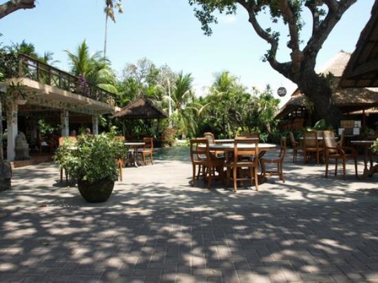 Tandjung Sari: レストラン・プールサイド