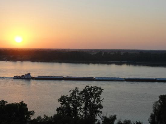 Bluff Top Bed and Breakfast: Barge passing at sunset