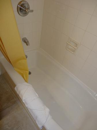 Days Inn Hollywood Near Universal Studios: Clean tub, nice to soak tired feet in