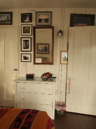 Brady's NESW Bed & Breakfast: wall opposite the bed