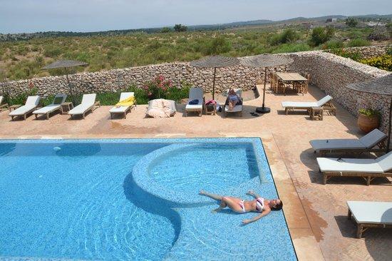 Villa Gonatouki: Vue depuis une autre terrasse (première piscine pour familles et enfants))