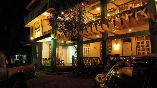 Bay's Inn Hotel at night