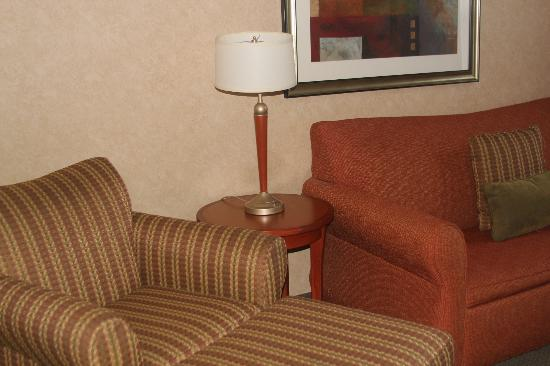 Homewood Suites by Hilton Lincolnshire: Comfy sofa with ottoman