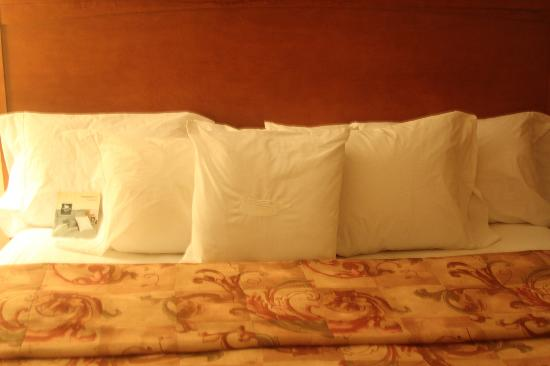 Homewood Suites by Hilton Lincolnshire: Lots and lots of pillows!