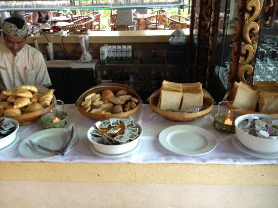 Hotel Kumala Pantai: breakfast. bread and croissant, that's it for that section