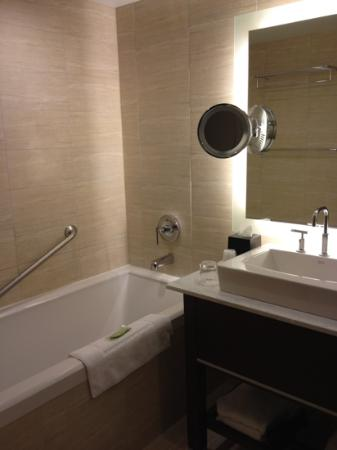 Westin Wall Centre Vancouver Airport: clean and spacious bathroom