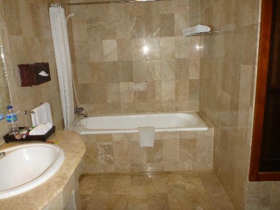 Hotel Kumala Pantai: bath