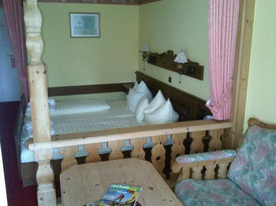 Hotel Pfalzblick: Sitzecke und Bett