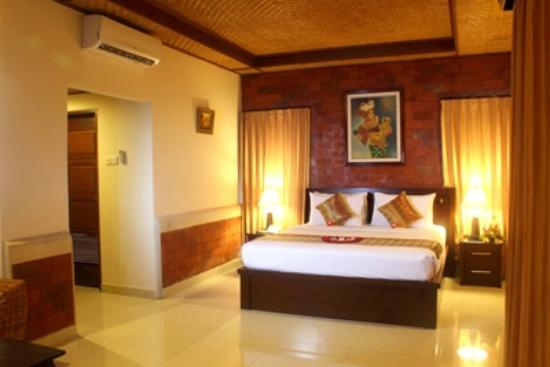 Sri Phala Resort & Villa: Pool side area and pool side room with pool view