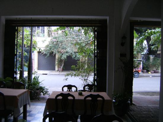 Kambuja Inn: Looking out to the street from the breakfast area.