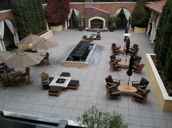 هوتل فالنسيا سانتانا رو: View of the courtyard, where you can eat breakfast or dinner 