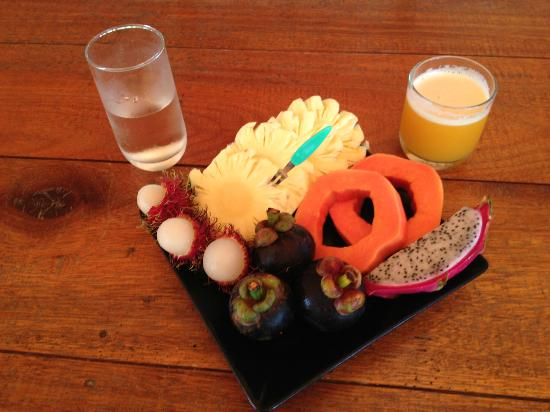 Heimat Gardens: Breakfast fruit platter :-).