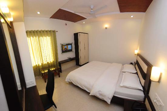 Shanti's Hotel Surbhi: Guest Room