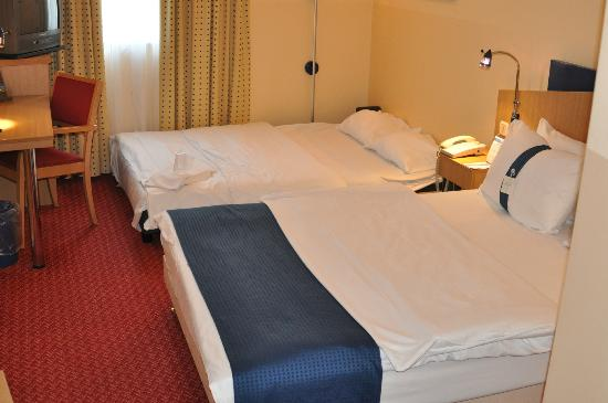Holiday Inn Express Frankfurt-Airport: Hotel room with extra bed