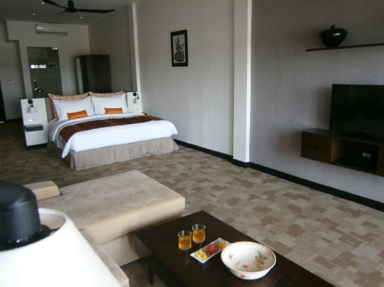 Riverside Suites: Different Angle of the room