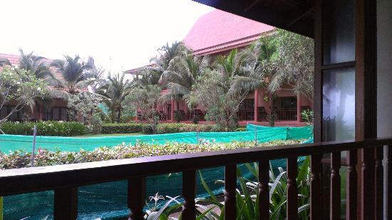 Lanta Casuarina Beach Resort: Jardin con mallas verdes