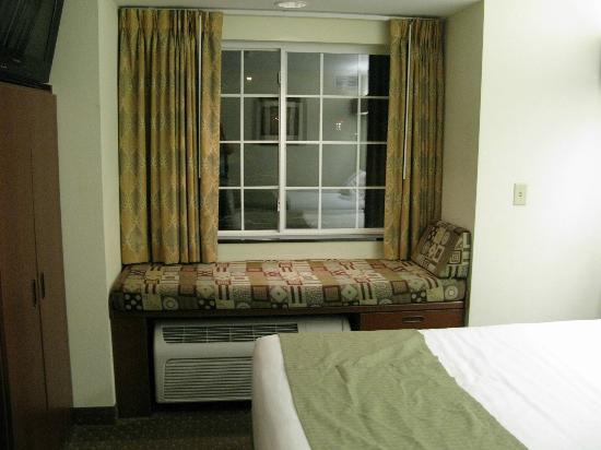 Microtel Inn & Suites by Wyndham Indianapolis Airport : le coin lecture en bord de fenêtre, sympa !