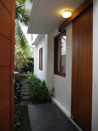 Kakiang Bungalows: プレミアルームMORI 門と玄関とお庭への道 プライベート空間です