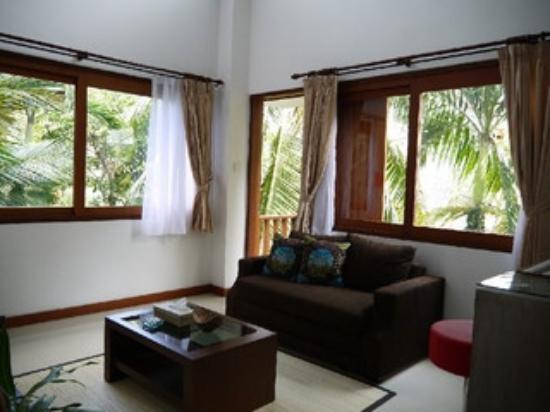 Kakiang Bungalows: カキアンスイートKAZE ソファーの後ろに小さなベランダがあります。