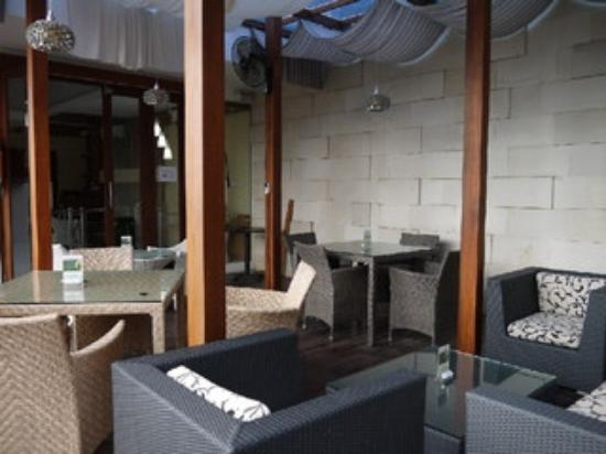 Kakiang Bungalows: カキアンベーカリーの2F テラス席