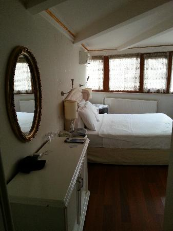 Kupeli Palace Hotel: La habitación tenía muchísimo espacio, casi como un apartamento