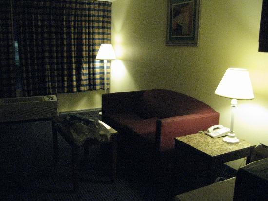Quality Inn & Suites: la suite comporte un canapé
