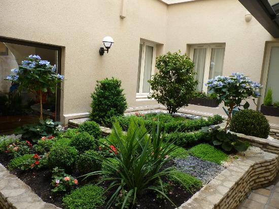 Central atrium garden picture of best western jardin de for Best western jardin de cluny tripadvisor