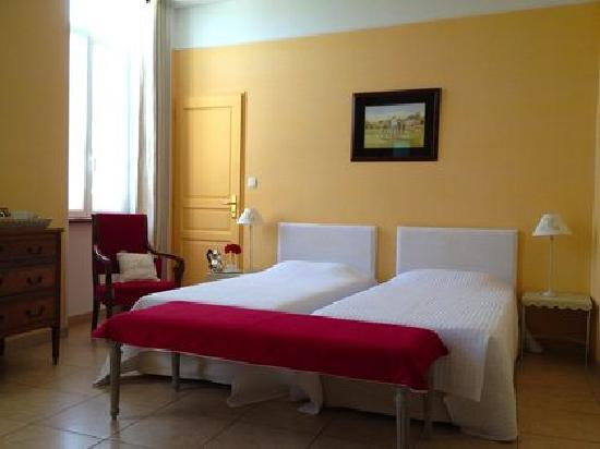 Domaine de Maran: The Yellow Room with twin beds.